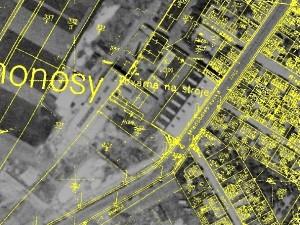 Pokud do původního leteckého snímku vložíme vrstvu s pozemkovými mapami, objeví se nám nápis Továrna na stroje.